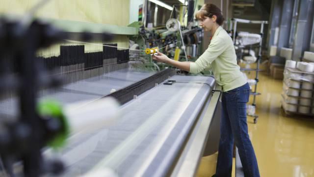 Eine Mitarbeiterin einer Schweizer Weberei (Symbolbild)