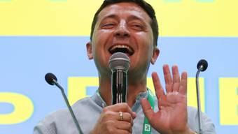 Der Ex-Komiker hat gut lachen: Wolodymir Selenskyj hat sich mit einem Erdrutschsieg die Machtbasis im ukrainischen Parlament geschaffen, um seine politischen Pläne umsetzen zu können. Er kann mit grösster Sicherheit alleine regieren.