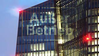 """""""Ausser Betrieb"""" - Der Lichtkünstler Oliver Bienkowski liess diesen Schriftzug auf das Gebäude der Europäischen Zentralbank in Frankfurt projizieren."""