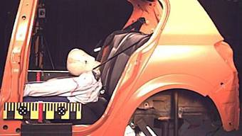 Crashtest: Selbst ein leichter Aufprall kann für ein grosses Kind mit normalem Sicherheitsgurt tödlich enden. (ZVG)
