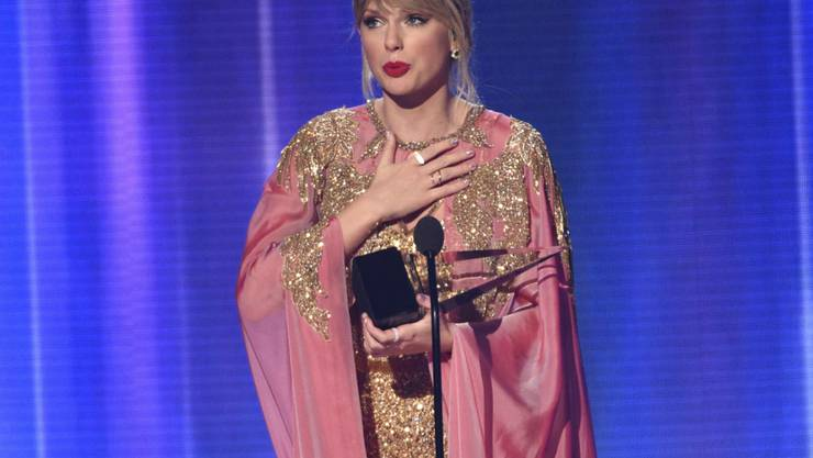 Sie hat Pop-König Michael Jackson überholt: US-Sängerin Taylor Swift gilt bei den American Music Awards als neue Rekordhalterin.