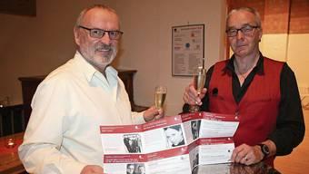 Stossen auf das Programm an (v. l.): Präsident Walter Marbot und Betriebsleiter Martin Willi.