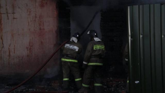 Russische Rettungskräfte am Ort des Brandes