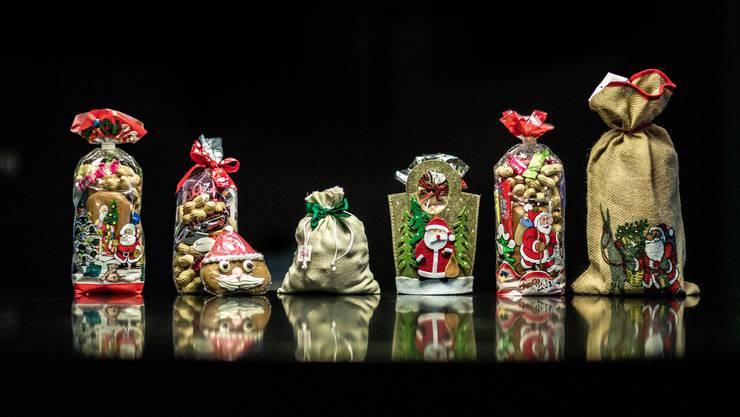 Die Chlaussäckli-Parade, die getestet wurde. Neben Erdnüssen, Schoggiherzchen und Täfeli gab es auch selbst gemachte Lebkuchen oder Weihnachtschrömli zu finden.