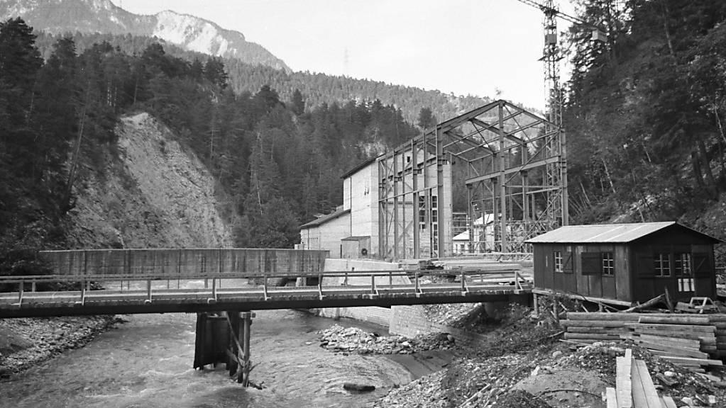 Die Stadt Zürich will zwei ehemalige Wohnhäuser für Kraftwerksmitarbeiter in Tiefencastel und Tinizong verkaufen. Im Bild die Baustelle für das Julia-Kraftwerk bei Tiefencastel im Jahr 1968. (Archivbild)