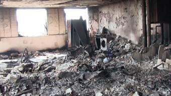 Trümmer im ausgebrannten Grenfell-Tower. Laut Medienberichten pochte die Hausverwaltung bei der Sanierung des Hochhauses auf Kostensenkungen - worauf brennbare Aluminium-Platten verbaut wurden. (Archiv)