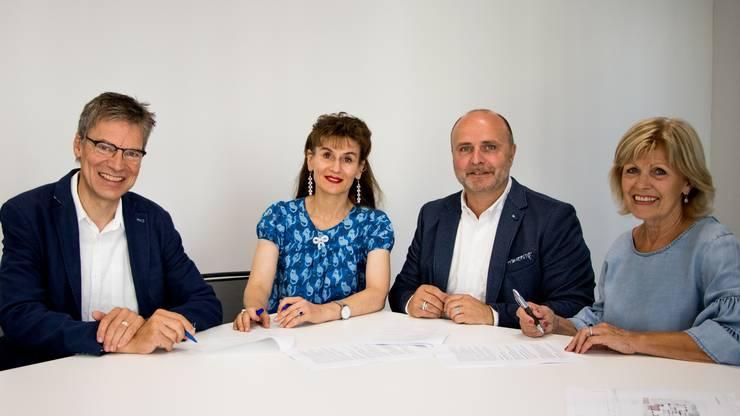 Markus Welti und Regula Kiechle von der Geschäftsleitung des Aargauer Roten Kreuzes mit den Vertretern der neuen Liegenschaft, Andreas Grossglauser und Marianne Meier von der Stiftung NAK-Humanitas.