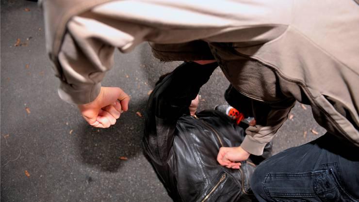 Der junge Mann wurde von drei Unbekannten angegriffen.