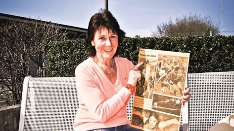 Marie-Theres Mallepell (auf einem Spielplatz in Urdorf) mit einer Abbildung aus ihrer Wettkampfzeit.bier