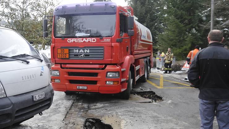 Wegen einer unterspülten Fahrbahn brach am Hellring ein Tankfahrzeug durch den Strassenbelag und sass fest.