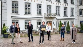 Preisübergabe Hotel de la Couronne, v.l. Murat Baki, Claudia Vogl-Baki, Sylvain Malfroy, Martin Volkart, Lea Jaussi, Buphahak Phetxomphou, Sabrina Knittel