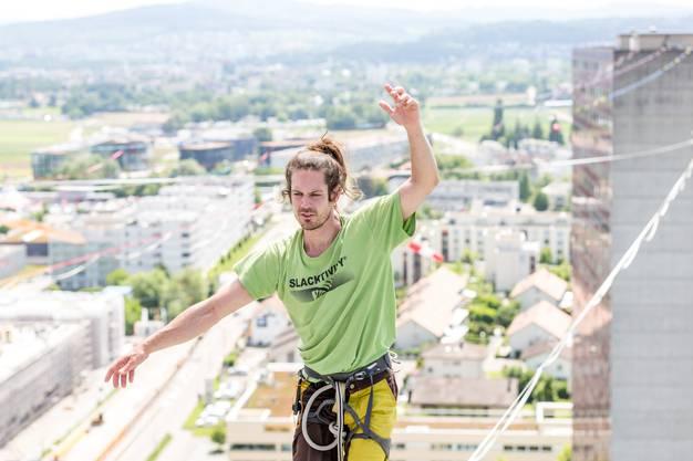 12 Highligner aus aller Welt versuchen auf Slacklines zwischen den zwei Shoppi-Tivoli-Hochhäusern innert drei Tagen zwei neue Weltrekorde aufzustellen.