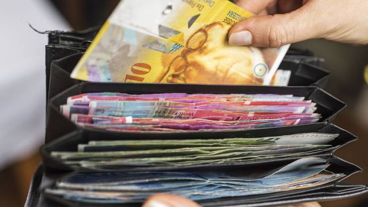 Ein Portemonnaie voller Geld. Ein ehrlicher Finder hat es bei der Polizei abgegeben (Symbolbild)