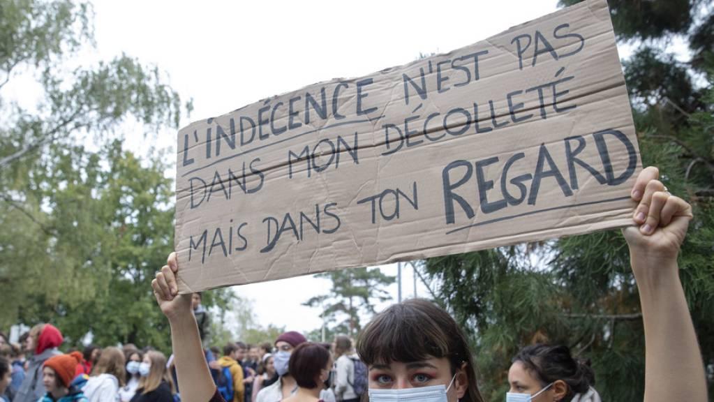 Diese junge Frau trägt ein Plakat mit dem Slogan: «Die Schamlosigkeit liegt nicht in meinem Ausschnitt, sondern in deinem Blick.»