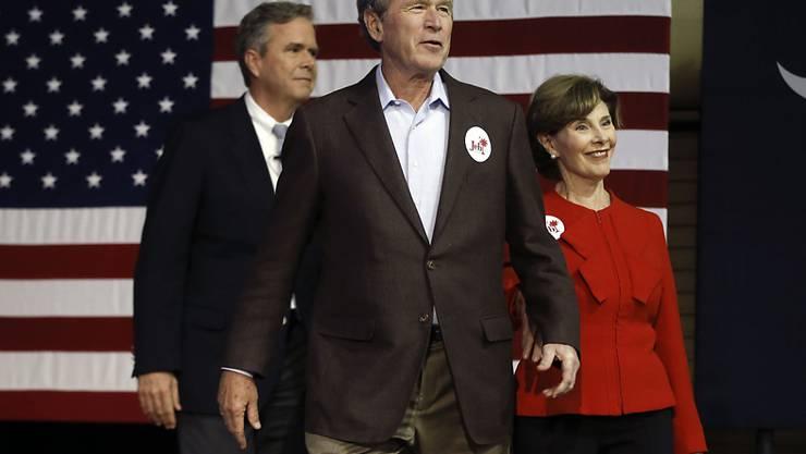 Stellt sich vor den kleinen Bruder: Ex-US-Präsident George W. Bush bei einer Wahlkampfveranstaltung für Jeb Bush in North Charleston.