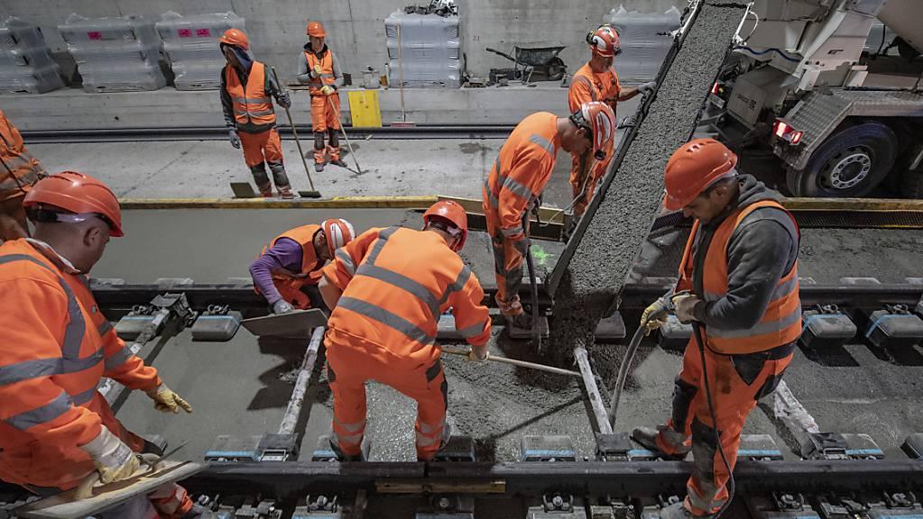 Endausbau des zweispurigen Eppenbergtunnels auf der SBB-Strecke Olten-Aarau: Die Schwellen mit den Gleisen werden millimetergenau einbetoniert.