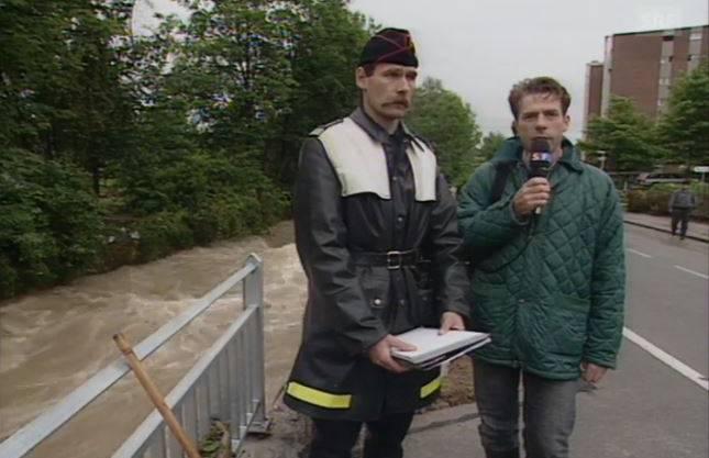 """Das Schweizer Fernsehen sendet am 19.5.1994 """"Schweiz Aktuell"""" live aus Unterkulm. Interviewt wird auch Feuerwehrkommandant Urs Wirz."""