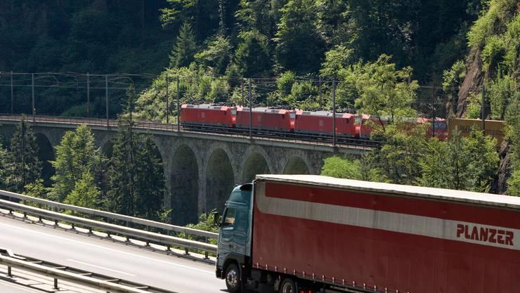 Wegen Corona fuhren 57'000 Lastwagen weniger durch die Schweizer Alpen.