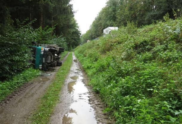 Am Fahrzeug entstand ein Sachschaden von rund 8000 Franken, der Fahrer wurde leicht verletzt.