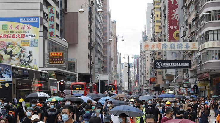 Tausende Menschen nahmen am Samstag im Hongkonger Stadtteil Mong Kok an einem Protestmarsch gegen die Regierung teil.