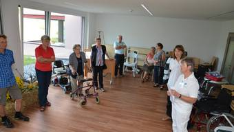 Edith Waldhuber, Präsidentin der Spitex Oberfreiamt, und Sützpunktleiterin Beatrice Scherrer zeigen den Besucherinnen und Besuchern die neuen Räumlichkeiten.