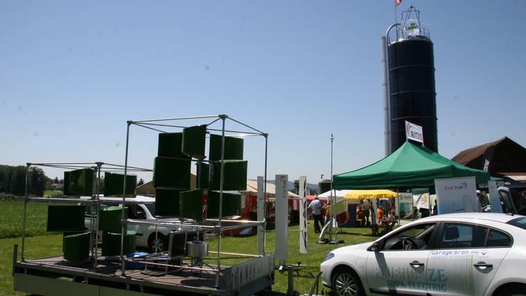 Eine Klein-Windkraftanlage und ein Elektroauto, das für Probefahrten zur Verfügung stand