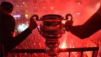 Der Grund, weshalb Fans und Mannschaft auf den Barfi kamen: Die Sandoz-Trophäe, die der Sieger des Schweizer Cups bekommt. Keystone