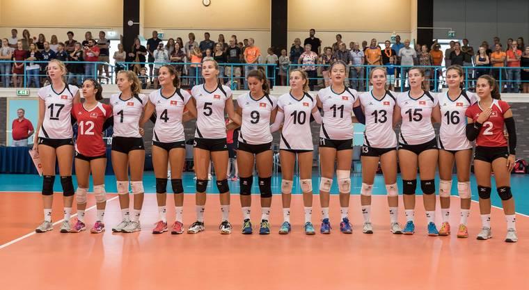 Eichler im Schweizer Dress (Nr.5) singt die Nationalhymne mit ihrem Team.