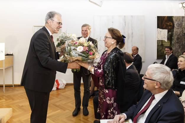 Präsident Dr. Raoul Stampfli überreicht Norah de Vigier einen Blumenstrauss