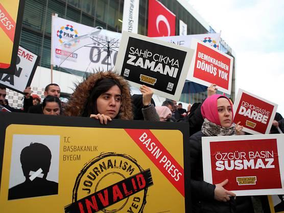 Tausende wehren sich gegen das Vorgehen gegen die Zeitung