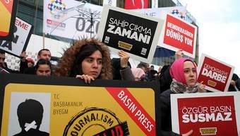 Demonstration vor dem Redaktionsgebäude der Zeitung Zaman und Stürmung durch die Polizei