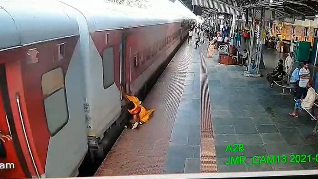 Wie durch ein Wunder: Frau und Kind stolpern unter Zug und bleiben praktisch unverletzt
