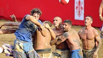 Die frühe Form des Fussballs, bei der es fast keine Regeln gibt, wurde in Florenz im 16. Jahrhundert erfunden.