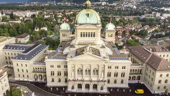 Vor dem Bundeshaus gegenüber dem Bundesplatz sollen auf dem Trottoir ein Dutzend Steinpoller zum Schutz gegen allfällige Anschläge errichtet werden. (Archivbild)