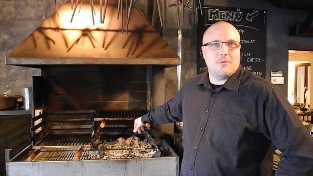 Inhaber Patrick Troxler führt durch sein Restaurant.