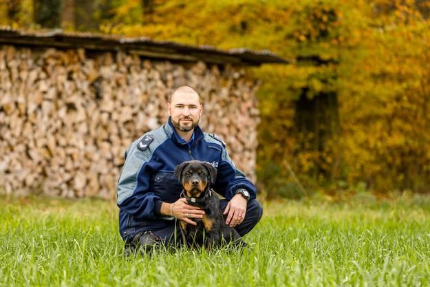 Wachtmeister Niedermann und Gysmo beim Training.