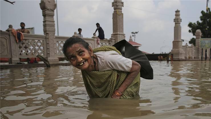Vor allem Menschen im globalen Süden leiden unter dem Klimawandel: wie diese Frau im indischen Varanasi.Bild: Keystone (Varanasi, 21. September 2019)