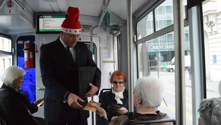 Erik Julliard verteilt Schokoladen-Sterne im Weihnachtsdrämmli.