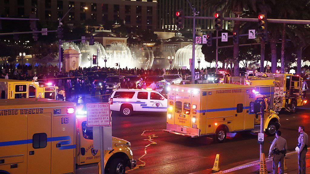 Polizisten und Ambulanzfahrzeuge am Ort des Unfalls in Las Vegas.