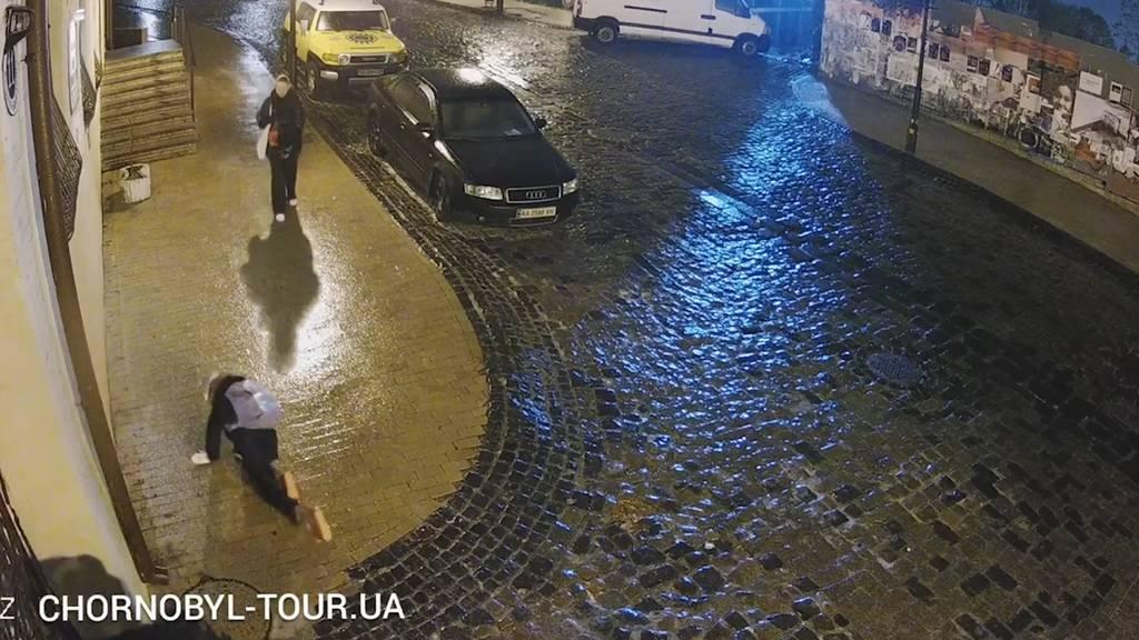 Kein Halten mehr: Diese spiegelglatte Strasse lässt niemanden hoch