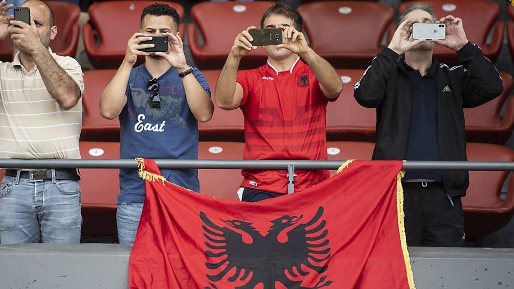 Albaniens Nationalmannschaft hört die falsche Hymne
