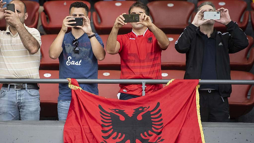 Die Albaner hörten in Frankreich die falsche Hymne