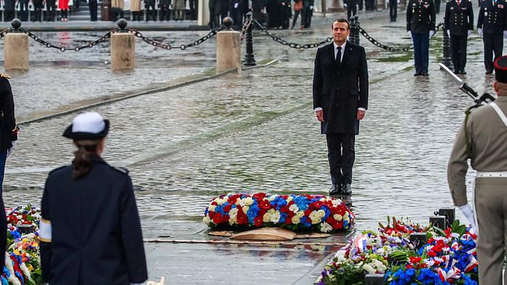 Im Gedenken an das Ende des Zweiten Weltkriegs legt Präsident Emmanuel Macron am Pariser Triumphbogen einen Kranz nieder.