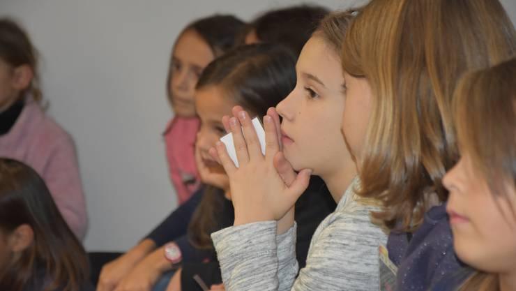 Interessierte Kindergesichter an der Erzählnacht in Urdorf