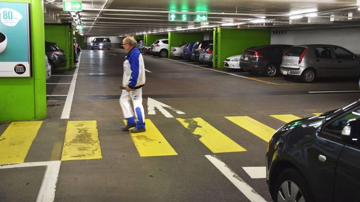 Das Neumarkt-Parkhaus in Brugg hat mit Abstand am meisten Parkplätze zu bieten. Um die 600 sind es an der Zahl. Bis 30 Minuten ist das Parkieren kostenlos.Besonders wert gelegtwerde auf die BereicheSicherheit, Sauberkeit und Kundenzufriedenheit, sagt Marcel Aebi, TeamleiterBewirtschaftung Geschäftshäuser bei der zuständigen Privera AG aus Dättwil.Als Besonderheit bezeichnet er neben der Beleuchtung auch das Leitsystem, dank dem problemlos und schnell ein freier Parkplatz gefunden werden kann,sowie die Behindertenparkplätze und die XXL-Parkplätze, die ein bequemes Beladen auch mit dem Familien-Van ermöglichen. Das Parkhaus, fügt Aebi an, stehe vor allem den Kunden und Mietern zur Verfügung. Da es rund um die Uhr geöffnet ist, werde allerdings vermehrt der Vandalismus in der Nacht zum Thema.