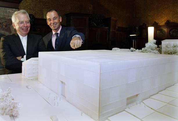 So wird das neue Museum! Der englische Architekt David Chipperfield (links) und Kunsthausdirektor Christoph Becker präsentieren im September 2009 das Modell des Erweiterungsbaus. Es wird eine richtige und monumentale «Schweizer Kiste» mit Sandsteinfassade und grossen Fenstern.