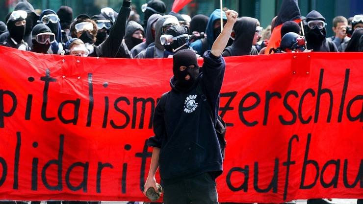 Demonstranten aus der linksautonomen Szene am 1. Mai 2004  an einer Kundgebung in Zürich.