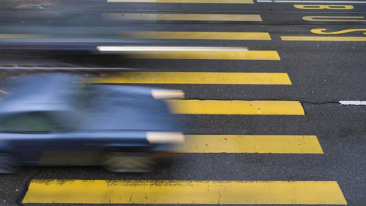 Wer müde am Steuer sitzt, reagiert langsamer und schätzt Geschwindigkeiten falsch ein, warnt die Beratungsstelle für Unfallverhütung. (Themenbild)