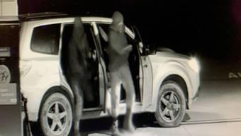 So zeichnete die Überwachungskamera die vermummten Täter auf. Die Kantonspolizei sucht nun Zeugen.