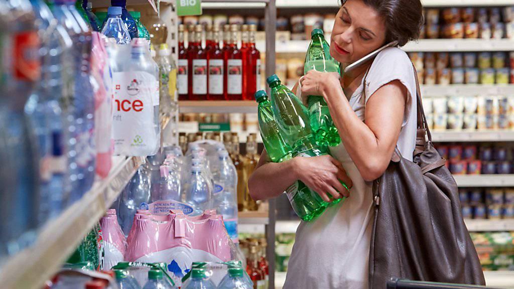 Schweizer Konsumentinnen und Konsumenten greifen weiterhin zu. (Symbolbild)